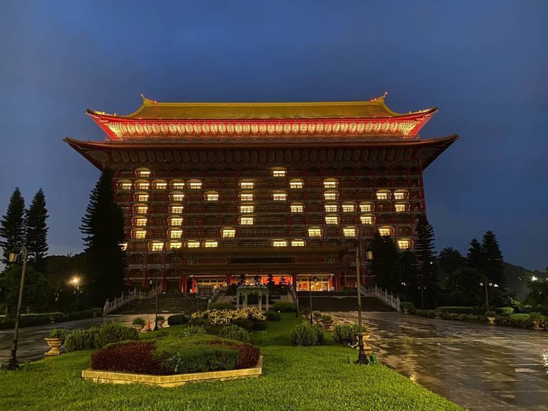 感謝日本伸出援手,圓山飯店昨點燈排出日文的感謝字樣「カンシャ」。(圓山飯店提供)