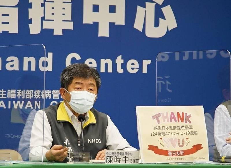 紓困4.0已開始,指揮官陳時中今天提醒到郵局民眾必須遵守相關防疫規定,另也提到近日陽性旅客登機的事件,呼籲民眾填寫健康聲明書必須誠實。(指揮中心提供)