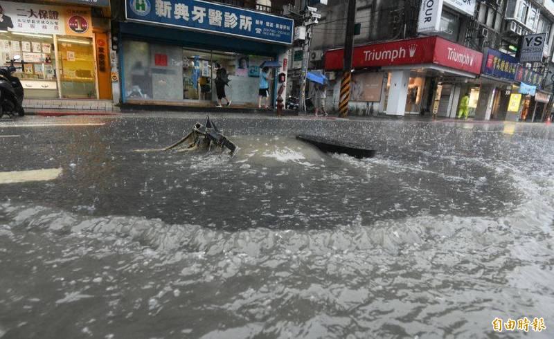 台灣上空今(4)日受鋒面、颱風外圍環流雙重影響下起大雨。(記者廖振輝攝)