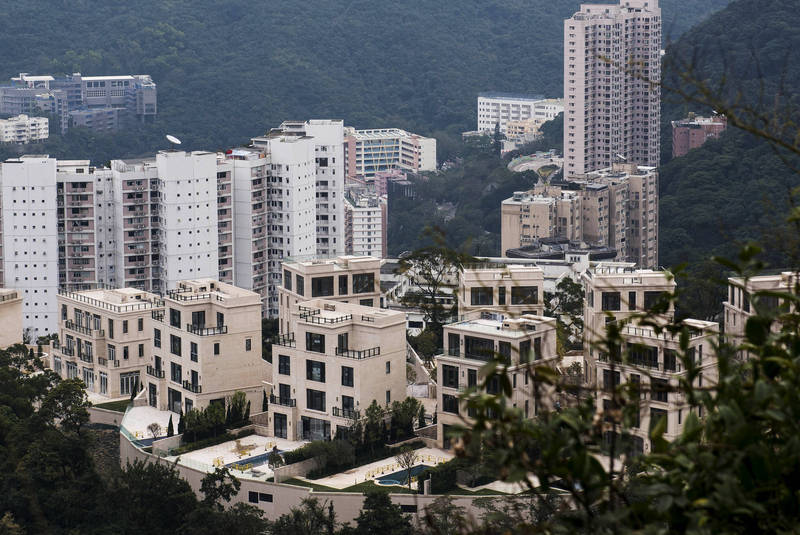 地狹人稠的香港寸土寸金,聶歌信山的一處停車位近來以新台幣3643萬的價格賣出。(彭博資料照)