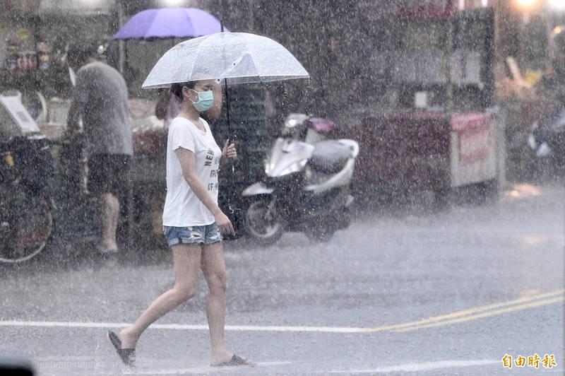 今(4日)全台降下豪雨、大雨。(記者叢昌瑾攝)