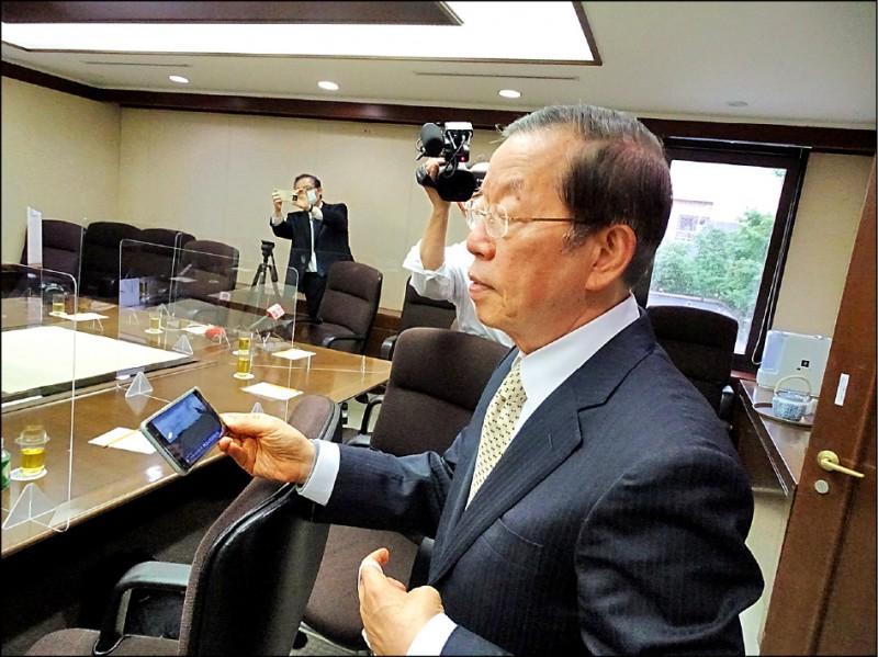 駐日代表謝長廷四日下午以手機觀看日航疫苗專機降落桃園機場的直播,表示「總算安心了」。(駐日特派員林翠儀攝)