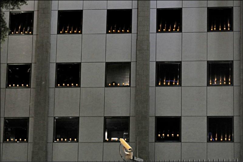 美國領事館共擺放約四百支電子蠟燭,整晚閃耀花園道。(美聯社)