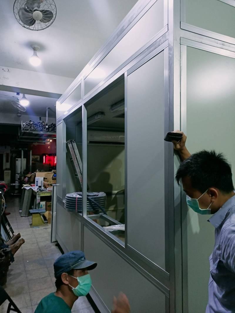 台灣扶輪社連夜趕製正壓篩檢亭,捐給京元電子及附近工廠,協助進行快篩。(扶輪社提供)
