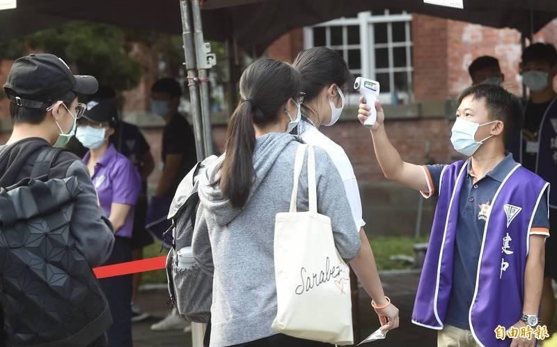 國中教育會考受疫情影響,有考生被居家隔離,以及在中國的台商子女等無法返國應試,今、明(5、6日)舉辦補考,共625人參加。圖為日前國內會考考生進場時量測體溫。(資料照)