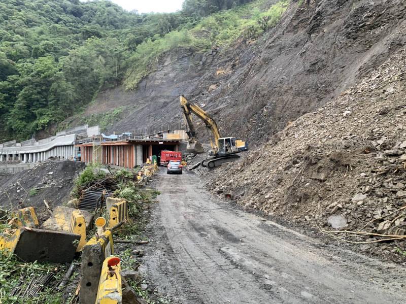 力行產業道路46.3K發祥明隧道,5日一早機具進入搶通。(民眾提供)