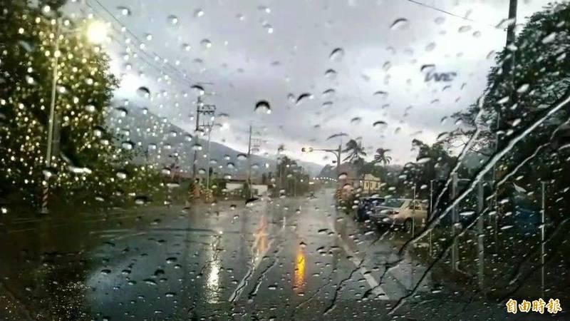 高雄市六龜山區持續降雨。(記者黃旭磊攝)