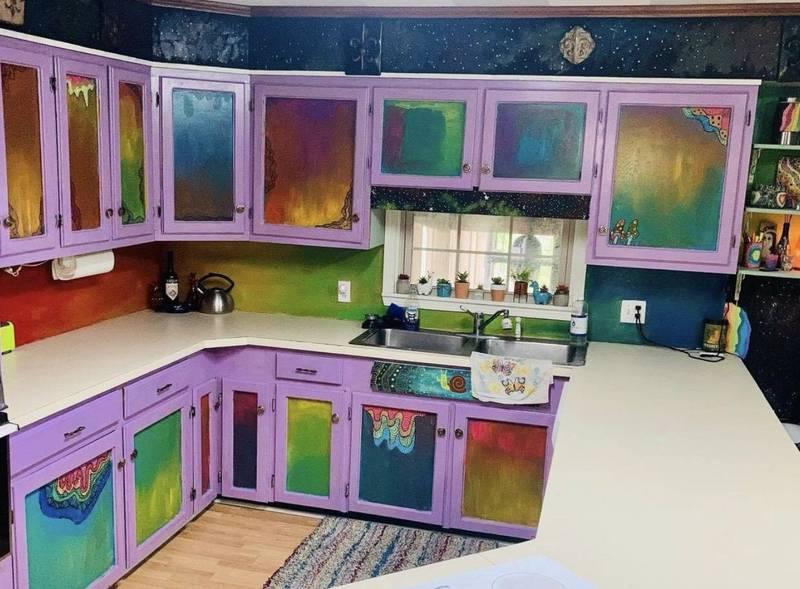美藝術家以大膽、鮮明的配色打造自家的「迷幻廚房」。(圖擷取自IG_charli.kim.art)