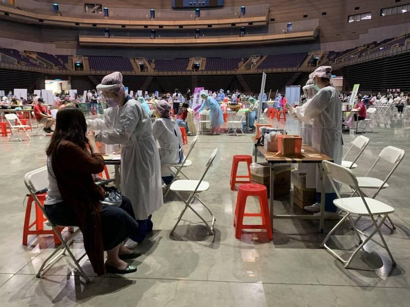 中央流行疫情指揮中心編列40億元補助醫療院所,可讓接種疫苗的民眾免掛號費,下週一(7日)各縣市都可免費接種疫苗。(高雄市府提供)