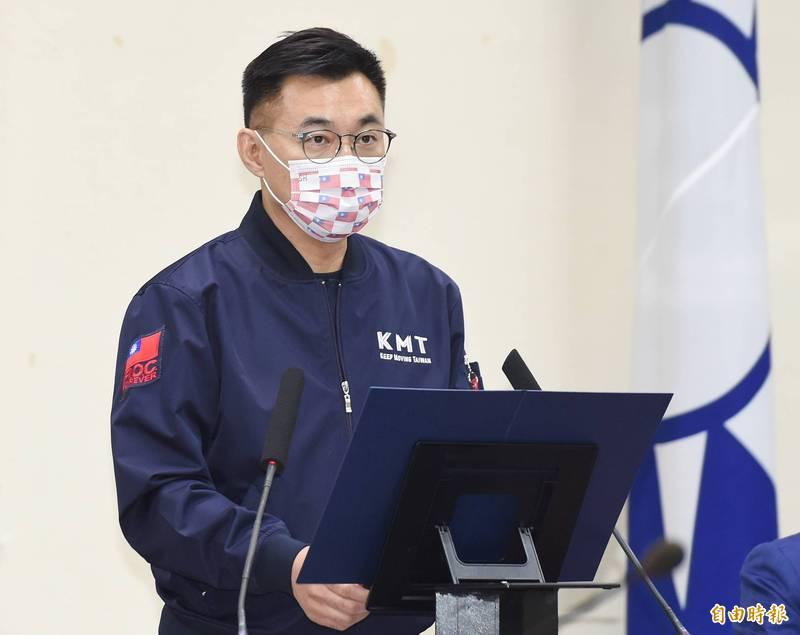 國民黨主席江啟臣在臉書發文喊出「防疫普打疫苗、紓困普發現金、發一萬免萬一!」口號。(資料照)