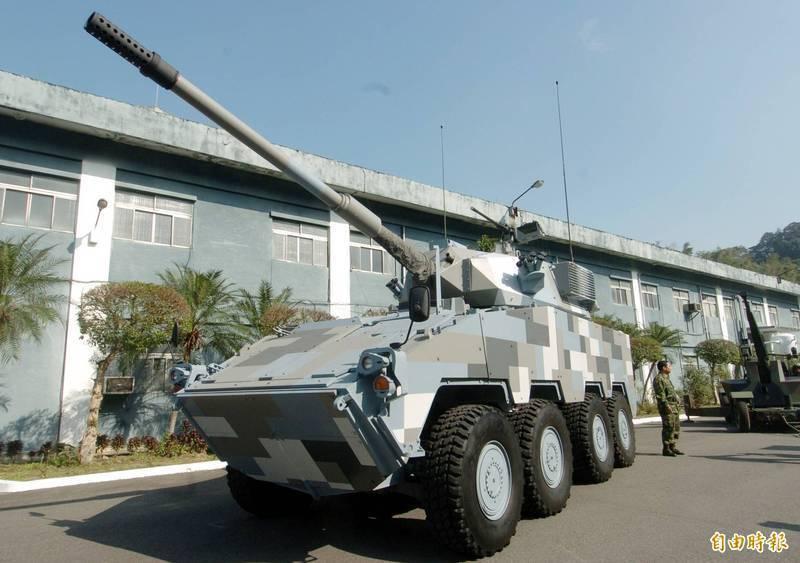 軍方現正進行105公厘戰車砲輪型戰車的研製計畫,已向美國採購2門M68A2型戰車砲,這2門戰車砲預計本月底前在美進行實彈射擊驗證,規劃可在9月前運抵台灣。圖為軍方先前展示的105公厘輪型戰車。(資料照)