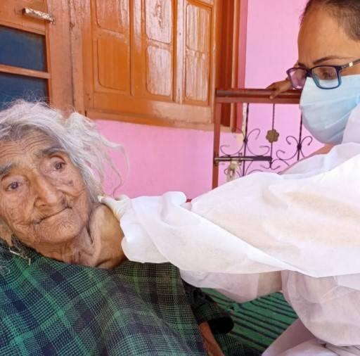 124歲的貝古姆(Rehtee Begum)接種第1劑武肺疫苗。(圖擷取自推特)