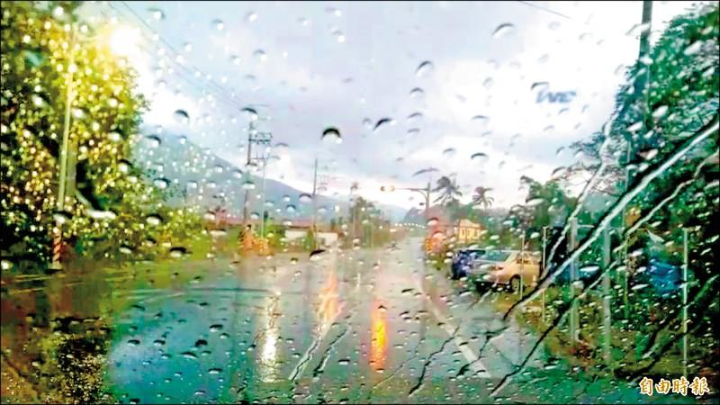 高市昨下起大雷雨,六龜山區24小時累積雨量破百毫米。(記者黃旭磊攝)
