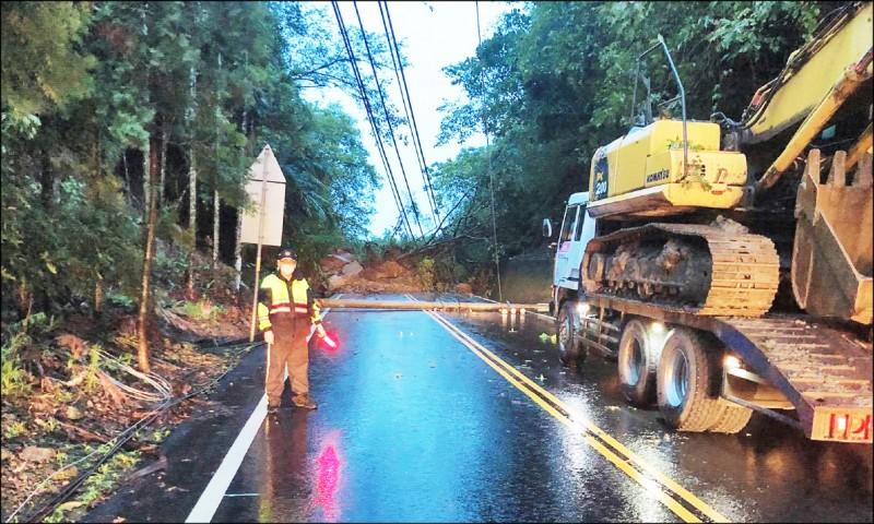 台3線嘉義中埔段坍方,交通中斷,警方警戒。(記者林宜樟翻攝)