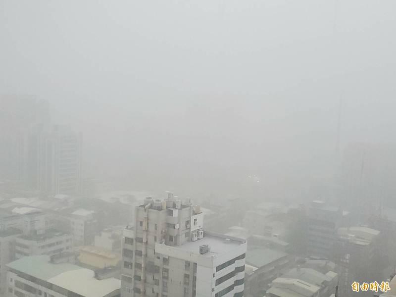 高市今下起大雷雨,25區達豪雨等級。(記者陳文嬋攝)