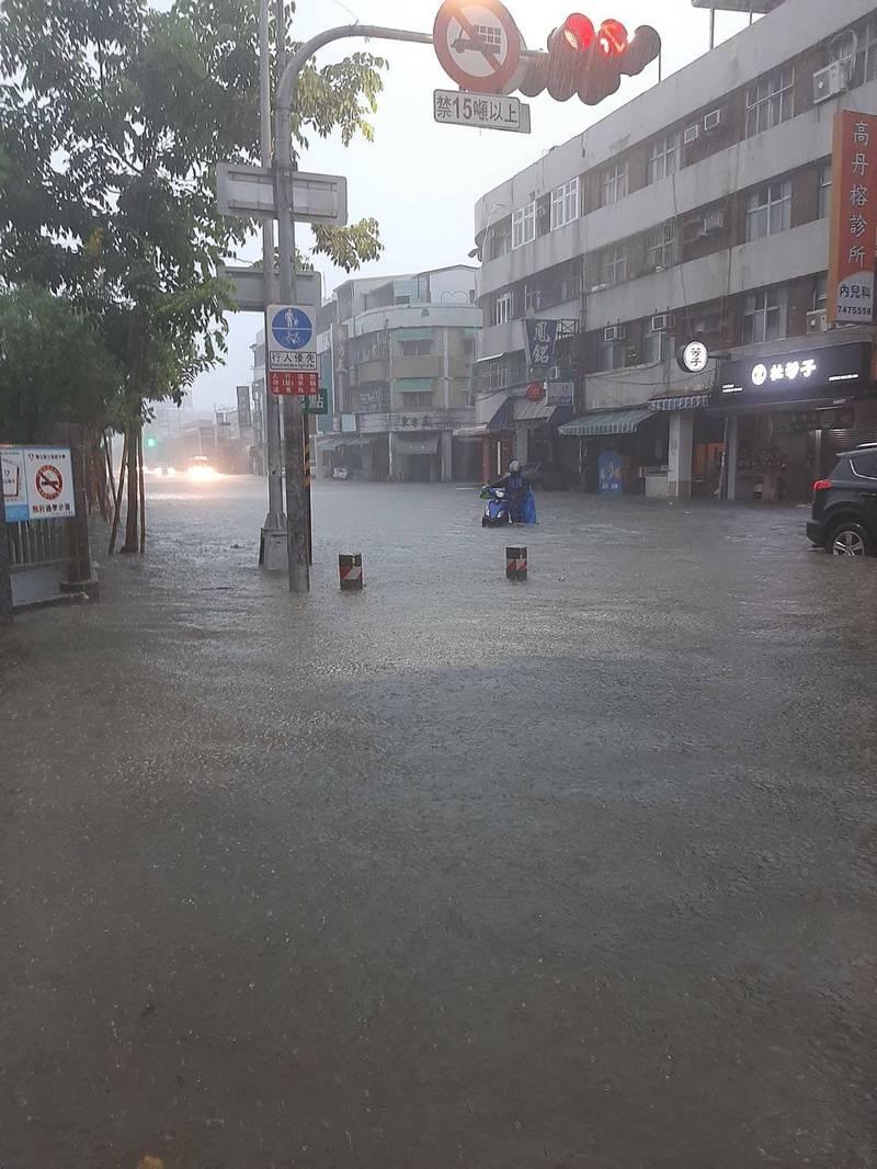 高雄大雷雨狂炸,鳳山、苓雅區時雨量90.5毫米,澄清、光復路積水1個輪胎高。(民眾提供)