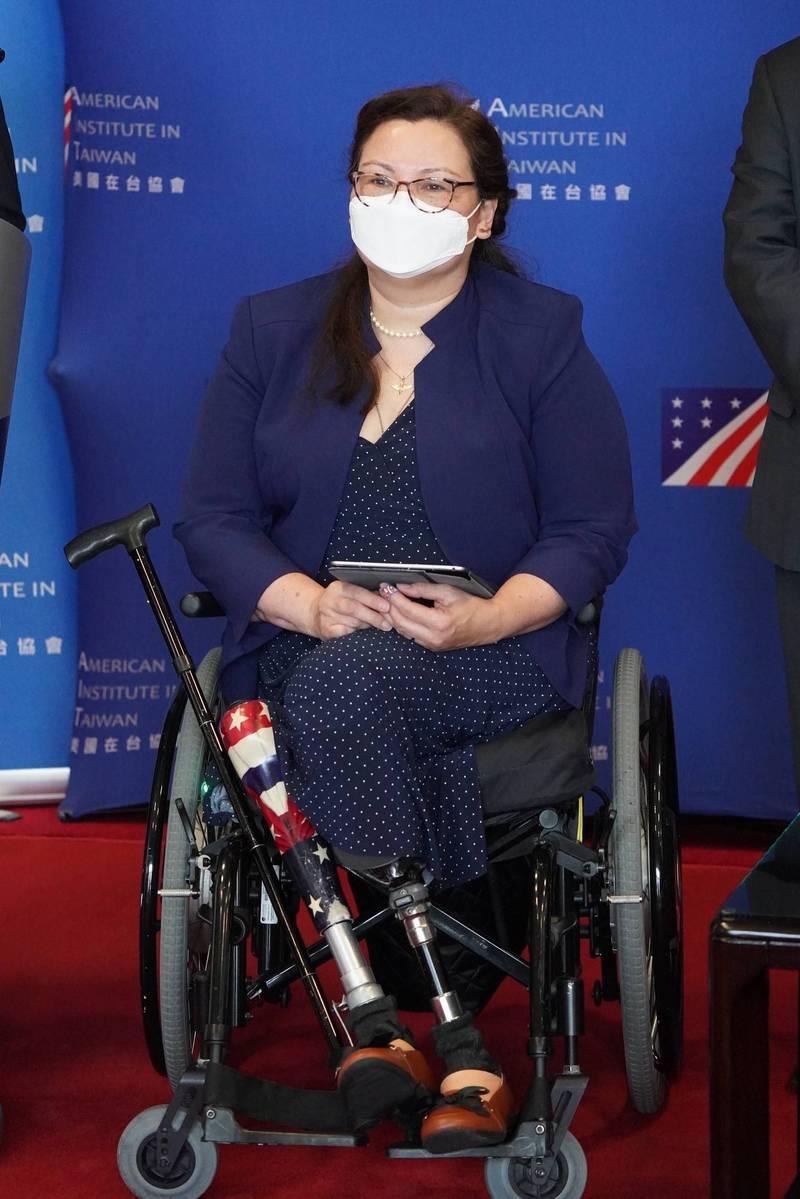 美國民主黨籍聯邦參議員達克沃絲訪台。達克沃絲參議員是伊拉克戰役退伍軍人、美國紫心勳章受獎人,亦曾擔任美國退伍軍人事務部助理部長,並為首批參與「伊拉克自由行動」飛行戰鬥任務的女性陸軍官兵之一。她曾代表伊利諾州第八選區、擔任兩屆聯邦眾議員,2016年當選為聯邦參議員。(中央社)