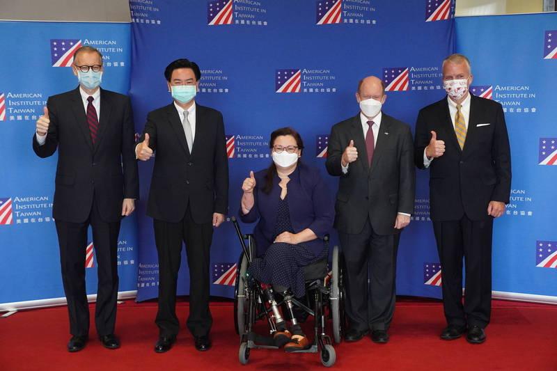 美國聯邦參議員達克沃絲(中)、蘇利文(右一)及昆斯(右二)今率團訪台,三人對台灣民眾發表短講後與外交部長吳釗燮(左二)和AIT處長酈英傑(左一)合影。(中央社)