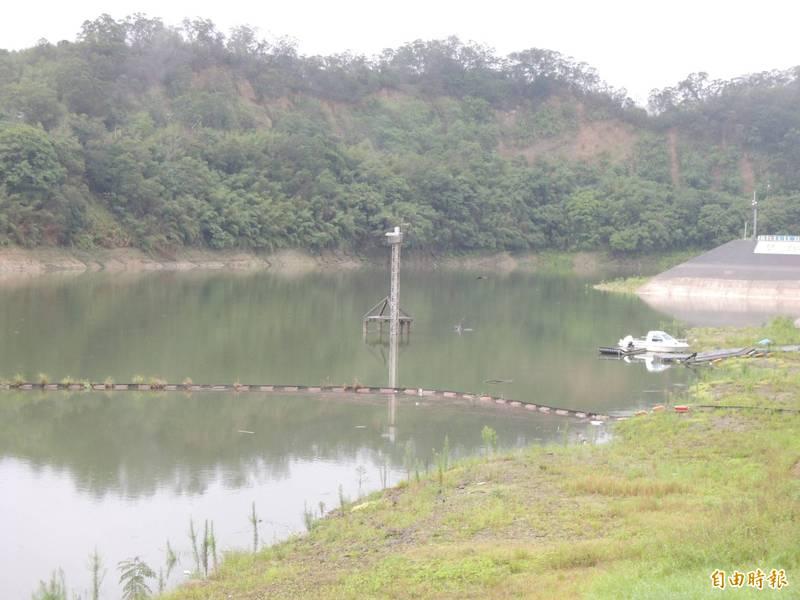 最近梅雨鋒面過境,苗栗縣頭屋鄉明德水庫水位,已逐漸回升。(記者張勳騰攝)