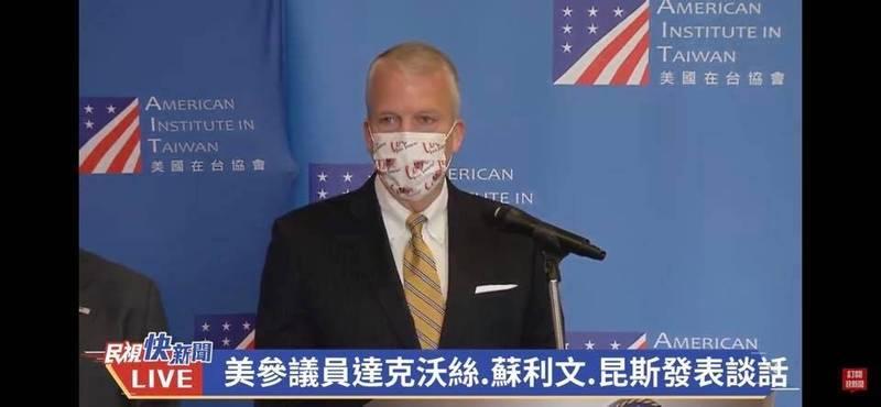 美國Sullivan參議員特別戴著我國立法院台美國會議員聯誼會去年訂製贈送的口罩現身。(擷取自羅致政臉書)