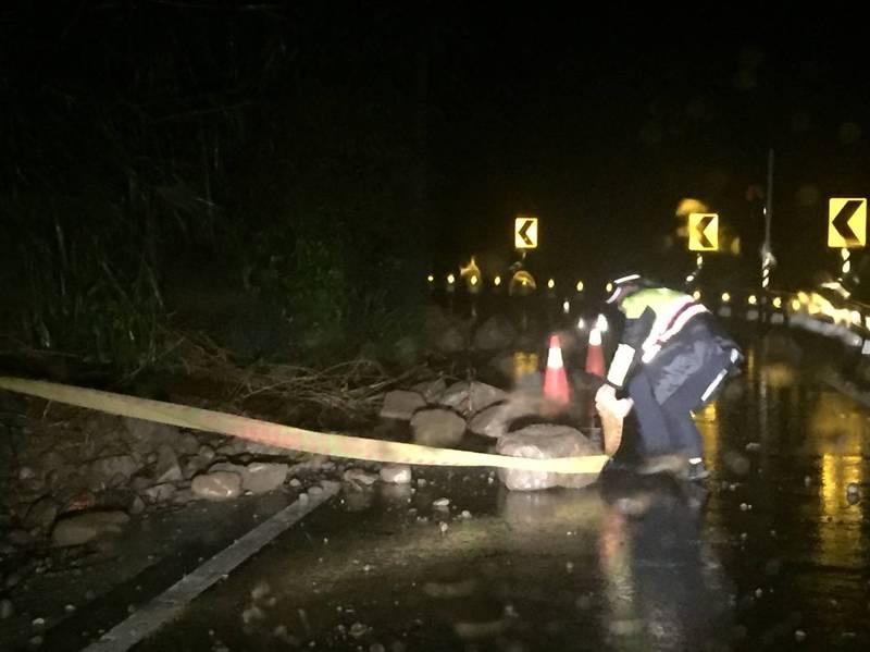 高雄桃源台20線81.7K、87.6K、92K昨晚分別有落石和樹倒情況發生,六龜警方在現場拉起封鎖線,擺放警示燈、交通錐,提醒用路人注意安全。(圖由民眾提供)