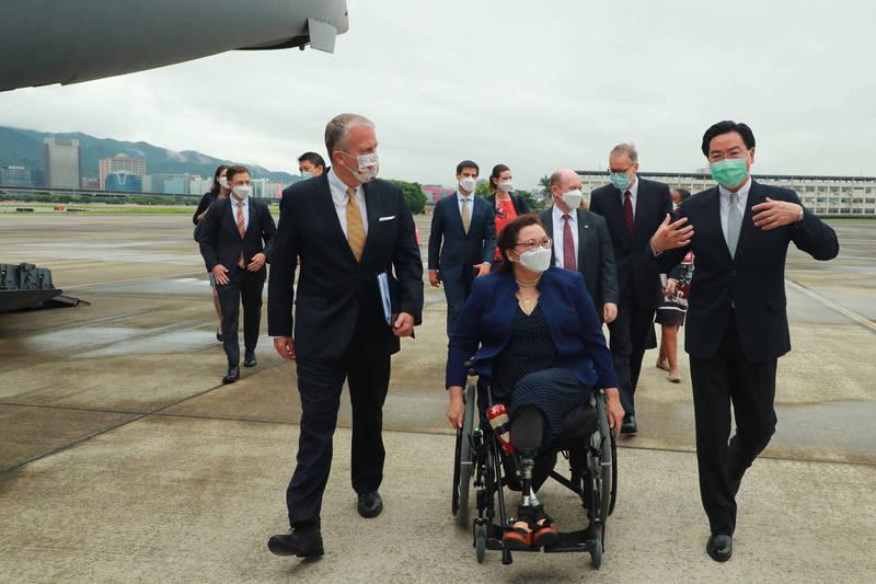 美國聯邦參議員達克沃絲、蘇利文及昆斯今搭乘美軍運輸機C-17降落台北松山機場。外交部長吳釗燮和美國在台協會(AIT)處長酈英傑等人接機。(外交部提供)