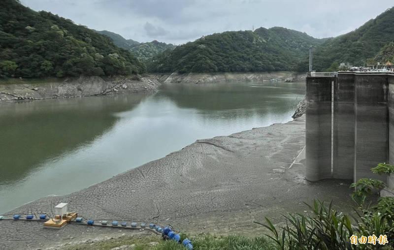 雨神助攻!石門水庫蓄水率重返「2」字頭,但相較歷年水情仍然嚴峻。(記者李容萍攝)