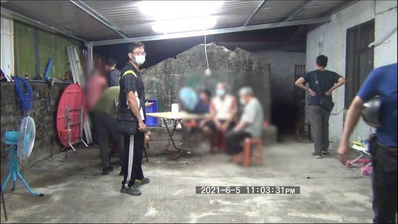 大武警分局逮群聚賭客。(警方提供)