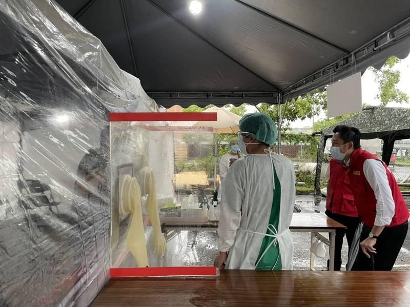 新竹市長林智堅視察竹科快篩站。(市府提供)