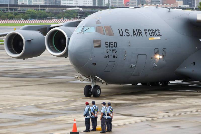 美國3名聯邦參議員,今日自韓國搭乘美軍運輸機C-17抵達台北松山機場。(歐新社)