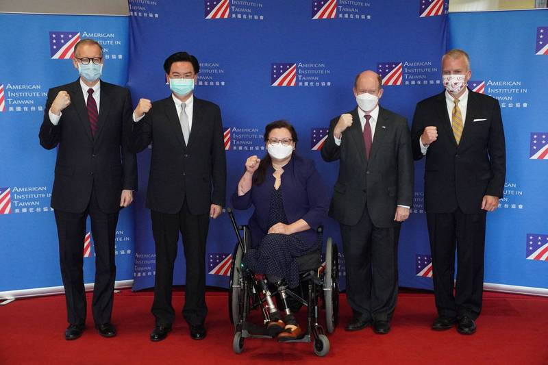 美國聯邦參議員達克沃絲(Tammy Duckworth)、蘇利文(Dan Sullivan)、昆斯(Chris Coons)抵台,其中雙腿裝上義肢坐輪椅的達克沃絲有著驚人經歷。(法新社)