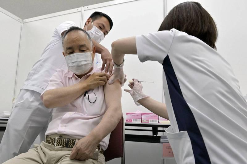 根據日本網路民調,有9%受訪者「絕對不會接種疫苗」,還有30.1%受訪者無意接種疫苗,無意或絕對不會接種疫苗大多為女性、存款金額少、不輕易相信他人且沒有不安全感的人。(美聯社)