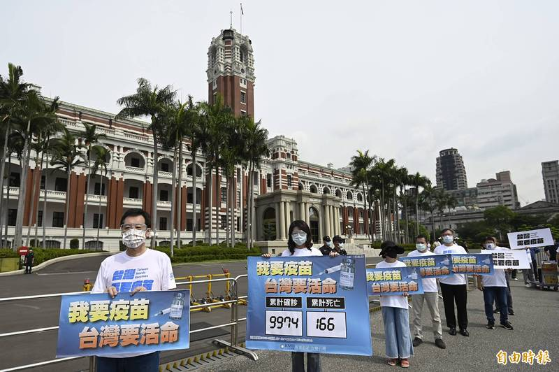 20輛遊覽車到總統府前抗議遭批無視群聚感染,國民黨表示車上只有司機沒有乘客,何來群聚感染?(資料照)