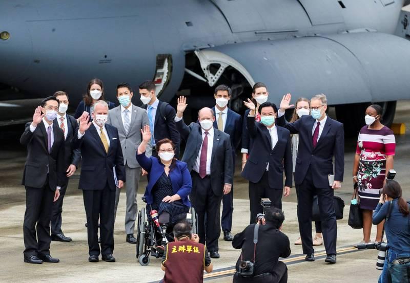 《路透》報導指出,美方捐贈疫苗、參議員團在台灣疫情嚴峻時訪台,表達了美國對台灣的強烈支持。(路透)
