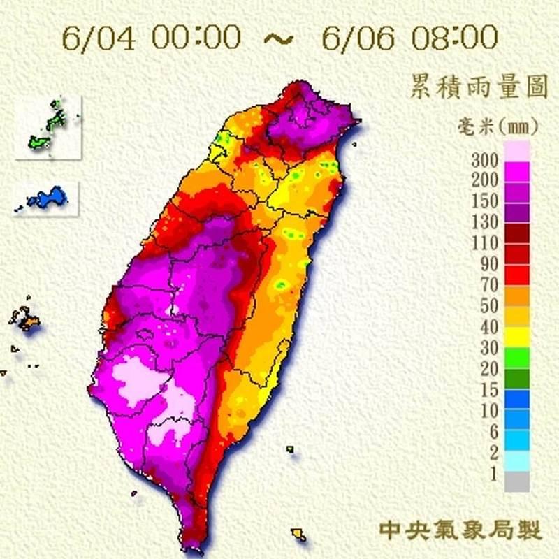 鄭明典今上午分享,從4日凌晨到今上午8點的累積雨量圖,由圖中可看到幾乎全台都有充裕雨量,北北基及中南部更是一片紅紫,他提醒目前雨勢雖開始緩和,土石含水飽和,後續更要小心各種意外。(圖擷自鄭明典臉書)