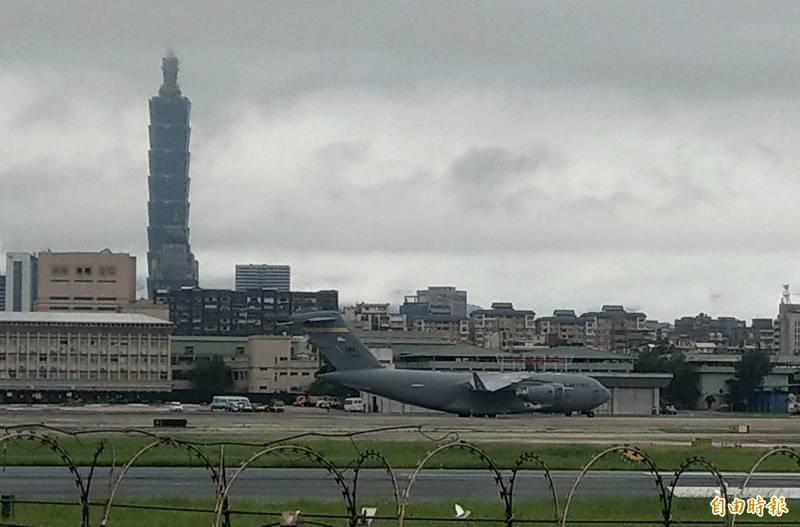 有「全球霸王III」之稱的美軍C-17運輸機,上午7時19分降落台北松山機場。(記者林正堃攝)