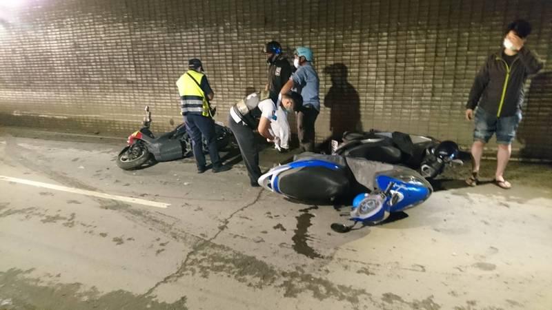 前鎮區中山4路地下道往北機車道,因路面泥濘濕滑,今上午16部機車經過打滑撞在一起,造成6人摔倒受傷。(讀者提供)