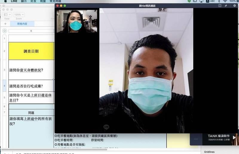精通菲律賓地方語言(他加祿語)的通譯人員,透過視訊協助進行足跡調查。(圖:移民署苗栗縣服務站提供)