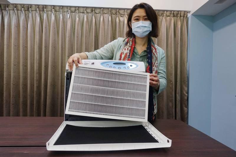 王家蓁指出,改善室內通風、加裝含有可過濾氣膠微粒的空氣清淨機及紫外光燈可降低武漢病毒擴散風險。(中山大學提供)