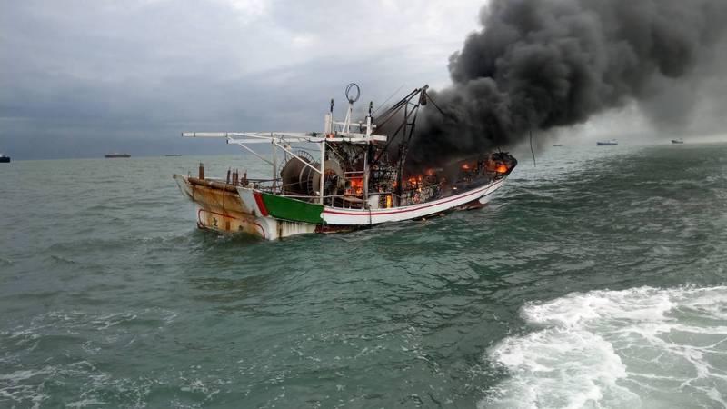 漁船海上陷入火海,冒出濃煙。(記者洪臣宏翻攝)