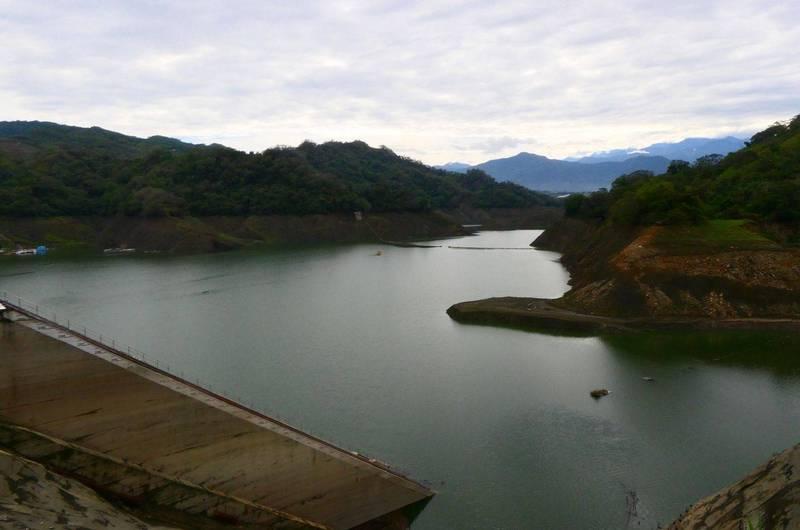 梅雨持續為鯉魚潭水庫帶來降雨,今天蓄水率已經回收突破20%。(記者陳建志翻攝)