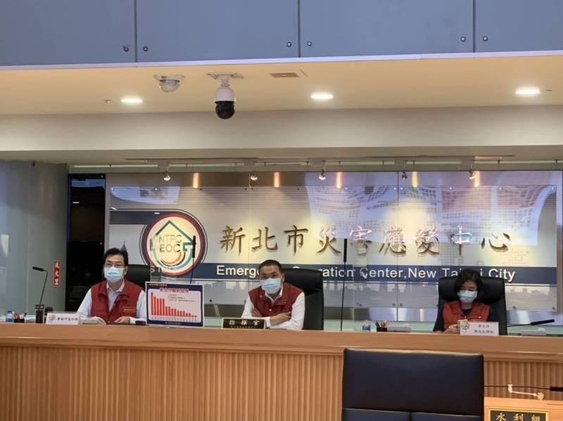 新北市長侯友宜今天召開防疫應變會議後線上記者會。(記者陳心瑜翻攝)