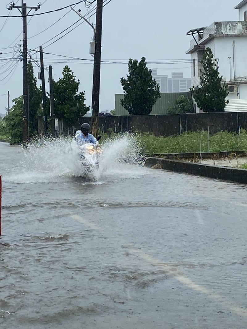 桃園市蘆竹區福興三街因豪雨,積水最深時達20公分,民眾得涉水而過。(桃園市蘆竹區中福里長黃文錦提供)