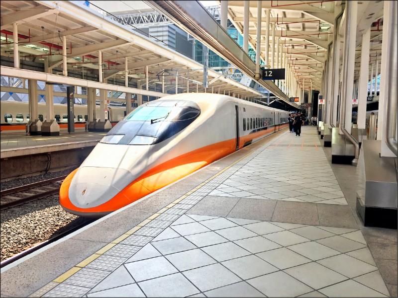 面對端午連假將至,雙鐵及客運訂票返鄉仍有約十萬人,外界憂心群聚再爆一波疫情。(資料照)
