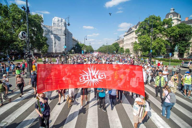 匈牙利上萬民眾5日在首都布達佩斯示威遊行,抗議政府和中國復旦大學合作在布達佩斯設分校。(歐新社)