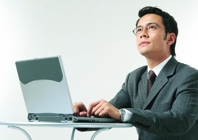 一名網友PO文,表示現在工作待遇不錯,月薪8萬2,年薪百萬以上,但工作就是拉Excel表格,沒什麼能學的,加上常常加班很累,讓他萌生辭意。(情境照)