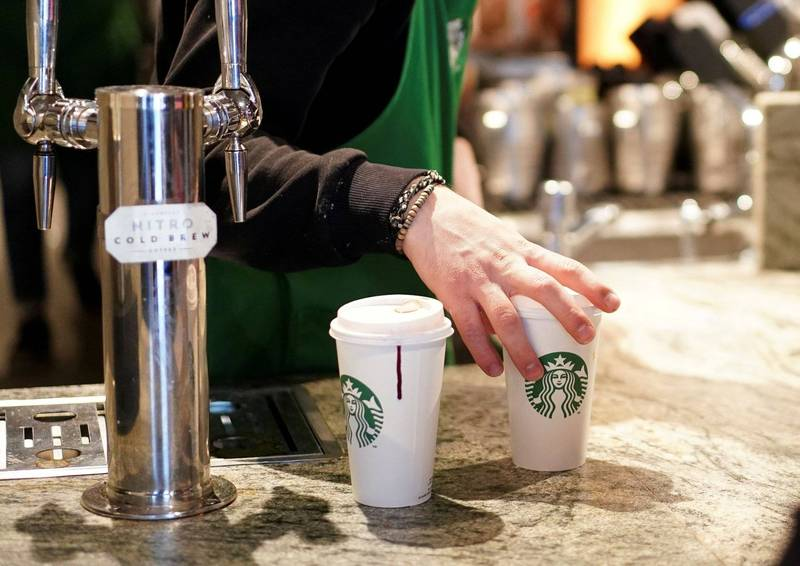 美國佛州日前有位自稱在星巴克工作2年的男員工,在影音平台上拍片證實,若遇到奧客咖啡師就會提供無咖啡因的咖啡,他說道「這是百分之百存在的實際狀況,只要我想,我就會給客人不含咖啡因的咖啡」。(路透社)