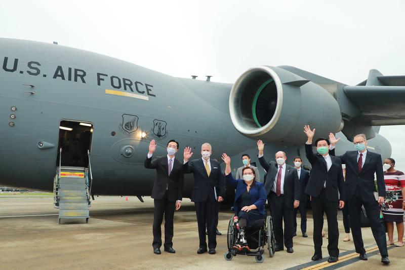美國3名參議院議員6日搭乘美國空軍運輸機飛抵台灣,引發外界熱議,美媒《路透》也指出,這種行為實屬罕見。(外交部提供)