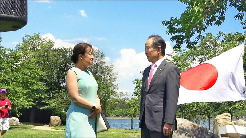 日本政府日前捐贈台灣疫苗。駐美代表蕭美琴(左)當面向日本駐美大使富田浩司(右)表達感謝之意,謝謝日本雪中送炭,展現雙方堅實夥伴關係。(中央社)