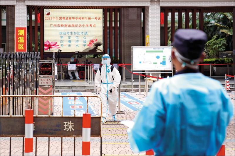 中國高考七日登場,各地皆採取不同的疫情高考應對方案。圖為廣東省廣州市一名考生穿著全套防護裝備,離開隔離考場。(美聯社)